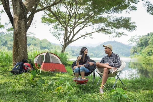 Due coppie asiatiche nel campeggio della natura