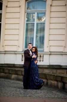 Due coppie dopo il matrimonio vicino all'abbraccio del castello