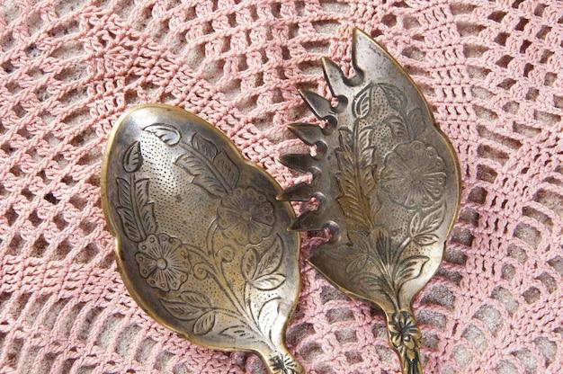Due cucchiai da insalata in ottone antico