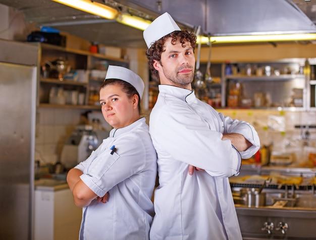 Due cuochi cucinano insieme. concetto di processo di cottura.