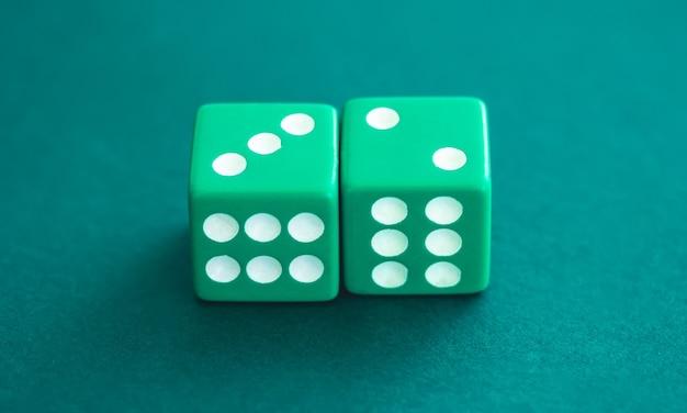 Due dadi verdi su sfondo di feltro, vista ravvicinata