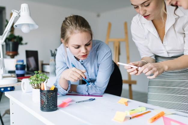 Due donna di affari creativa che lavora insieme al progetto