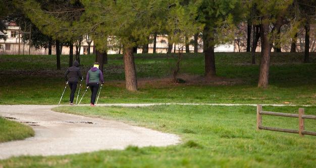 Due donne che fanno pole walking