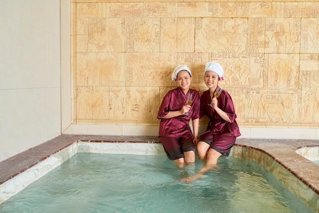 Due donne che godono del tempo in spa
