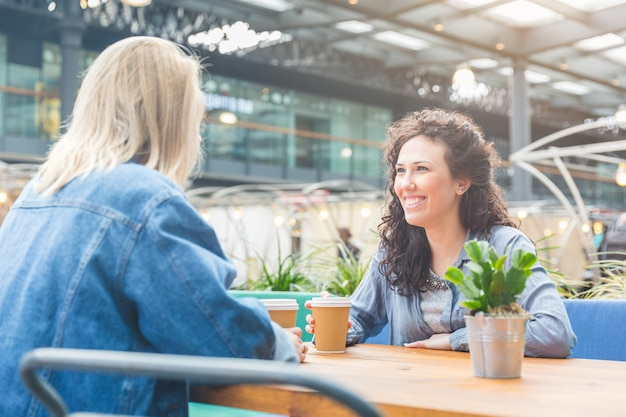 Due donne che hanno un caffè insieme a londra