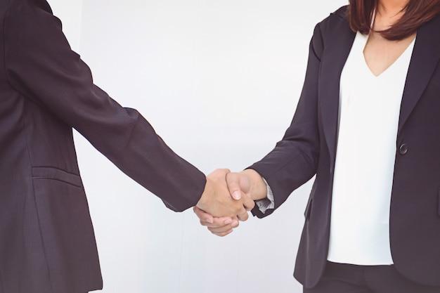 Due donne di affari che agitano le mani