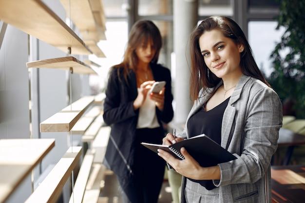 Due donne di affari che lavorano in un caffè