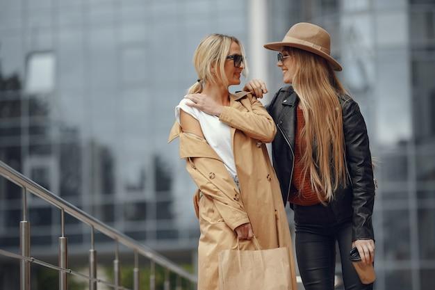 Due donne in piedi in una città d'autunno