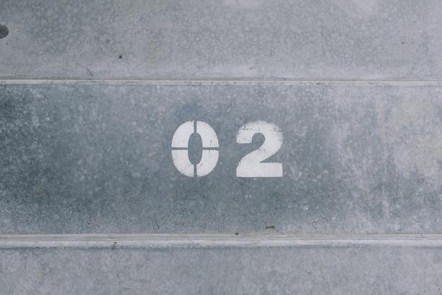 Due è scritto su cemento in vernice bianca