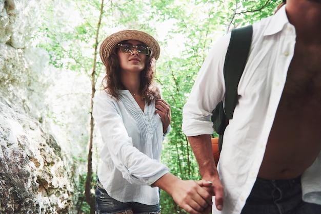 Due escursionisti con zaini sul retro in natura.