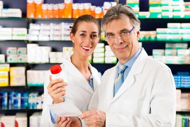 Due farmacisti in farmacia di consulenza