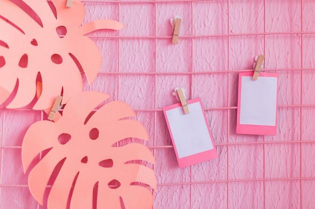 Due foto vuote su una parete rosa da inserire. vuoto per l'inserimento di foto