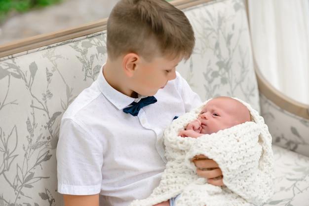 Due fratelli. famiglia felice con il bambino appena nato
