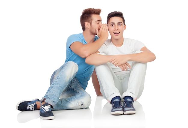 Due fratelli sussurrando