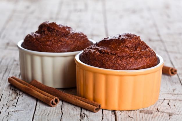 Due fresche torte browny al forno e bastoncini di cannella