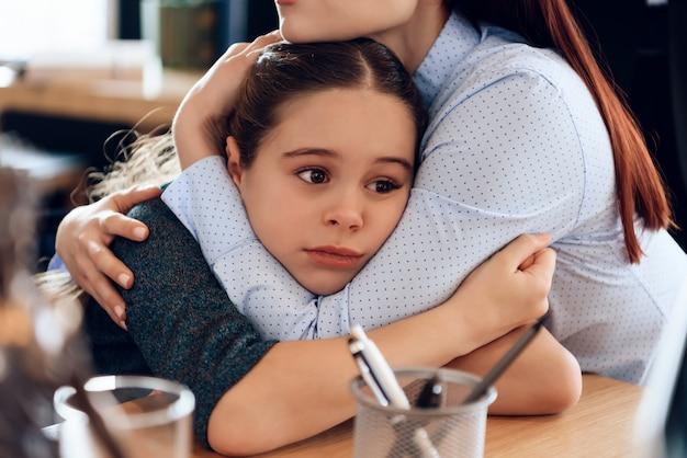 Due genitori che lottano per la bambina dopo il divorzio