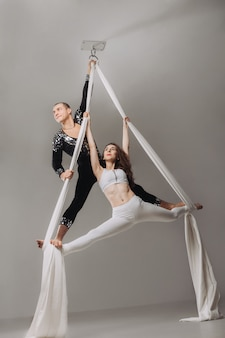 Due ginnaste aeree eseguono acrobazie di seta