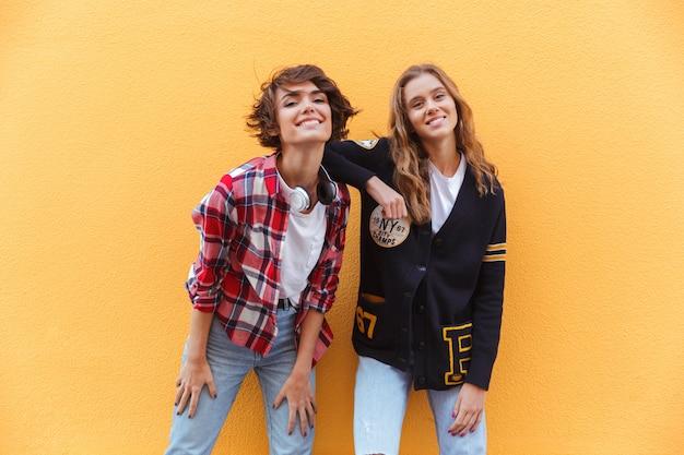 Due giovani adolescenti allegri che posano mentre stando