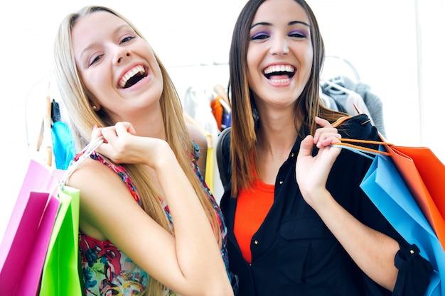 Due giovani amici che shopping insieme