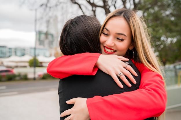 Due giovani amici si abbracciano.