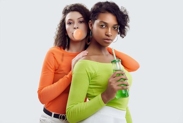 Due giovani belle donne in abiti estivi colorati