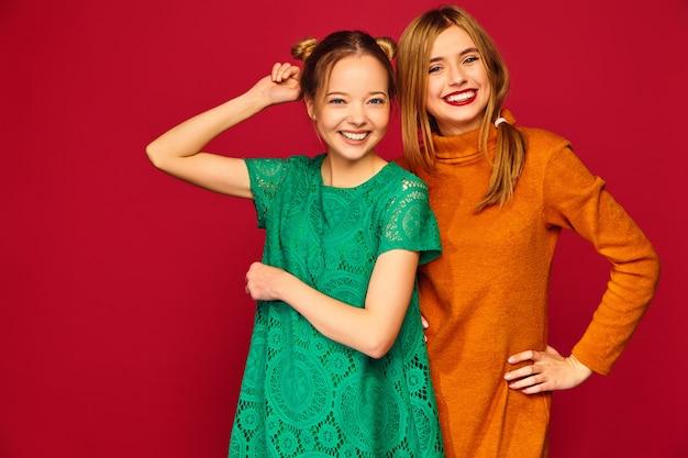 Due giovani belle donne in posa in abiti alla moda