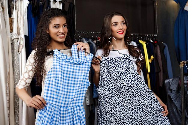 Due giovani belle ragazze che comperano nel centro commerciale.