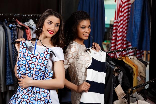 Due giovani belle ragazze che fanno spesa nel centro commerciale.
