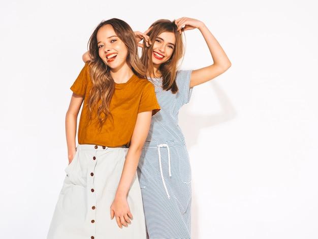 Due giovani belle ragazze sorridenti in abbigliamento casual estivo alla moda. donne sexy spensierate. modelli positivi