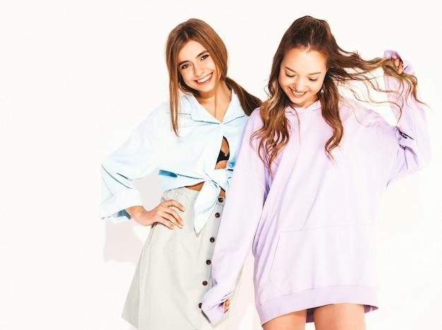 Due giovani belle ragazze sorridenti in abiti estivi alla moda. donne sexy spensierate. modelli positivi