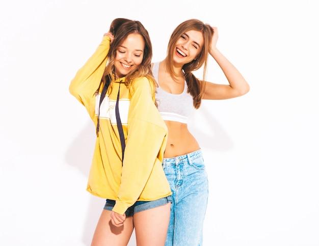 Due giovani belle ragazze sorridenti in jeans alla moda estate vestiti. donne sexy spensierate. modelli positivi