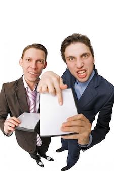 Due giovani che offrono dvd in vendita