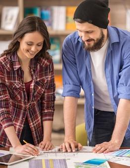 Due giovani designer creativi che lavorano insieme al progetto.