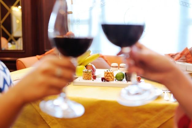 Due giovani donne che bevono vino in un ristorante. degustazione di vini