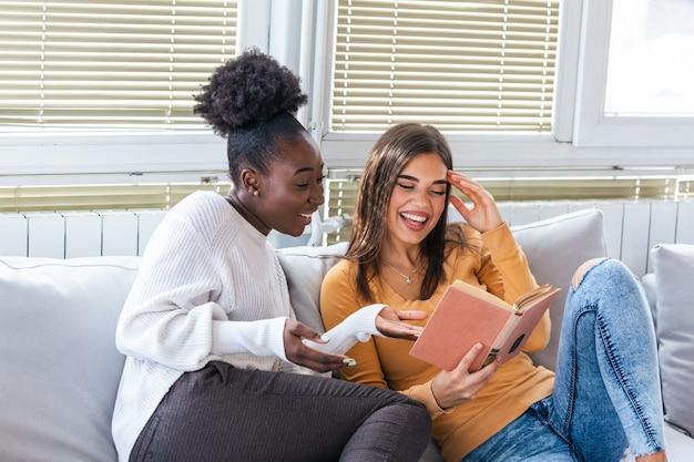 Due giovani donne che si divertono a casa