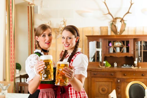 Due giovani donne nel tradizionale bavarese tracht nel ristorante o pub