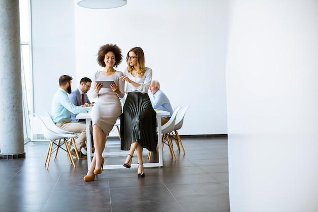 Due giovani imprenditrici con un tablet in ufficio