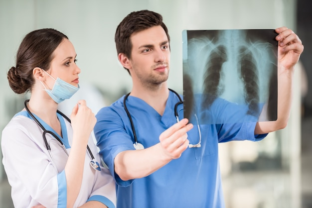 Due giovani medici che esaminano raggi x all'ambulatorio.
