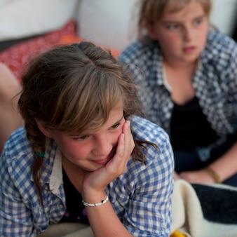 Due giovani ragazze guardando in lontananza