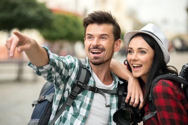 Due giovani turisti con zaini e macchina fotografica.