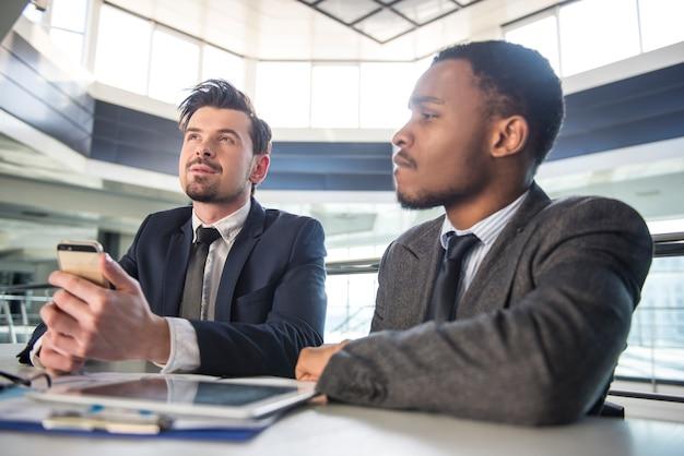 Due giovani uomini d'affari che lavorano nell'ufficio moderno.