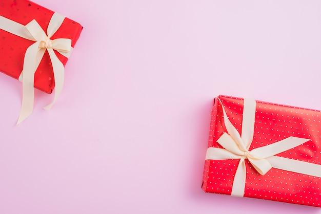 Due graziose scatole regalo sul rosa