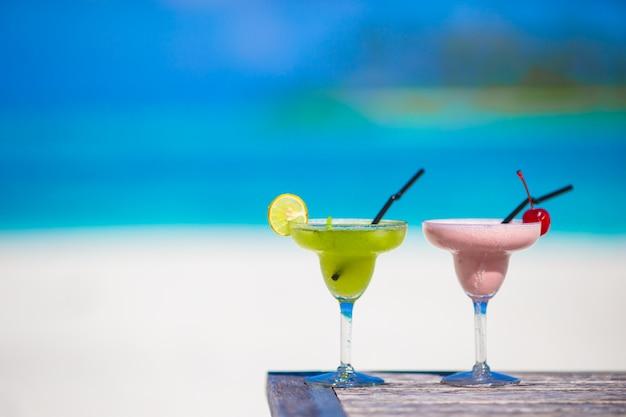 Due gustosi cocktail sulla spiaggia bianca tropicale
