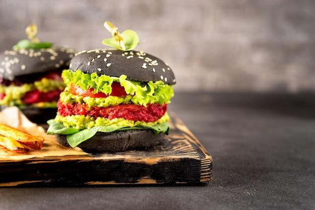 Due hamburger neri vegani con patate dolci fritte