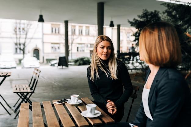 Due imprenditrice con una pausa caffè.