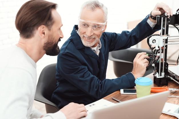 Due ingegneri stampano i dettagli sulla stampante 3d