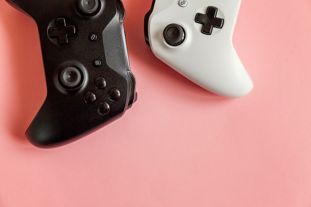 Due joystick bianco e nero su rosa