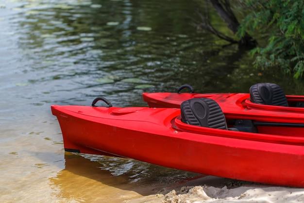 Due kayak rossi sulla spiaggia.