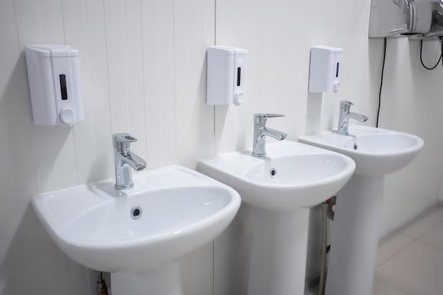 Due lavabi nell'impianto industriale nella sala sanitaria
