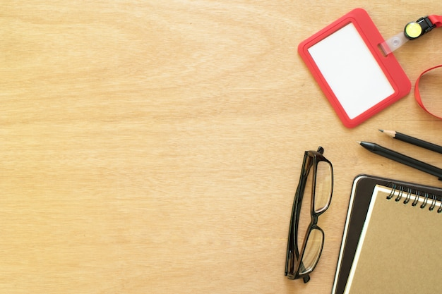 Due libri, graffetta, matita, penna, carta dipendente